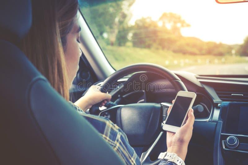 Voyageur de femme à l'aide de la voiture intelligente de téléphone à l'intérieur images libres de droits