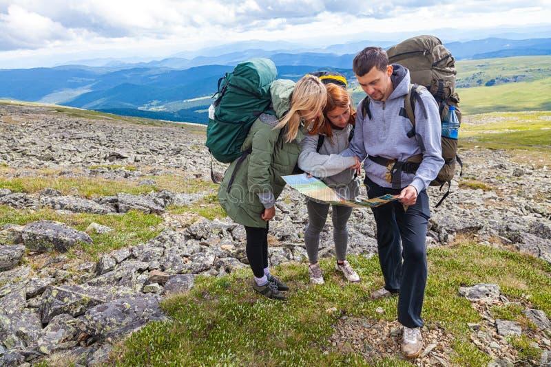 Voyageur de hippie sur des montagnes photos stock