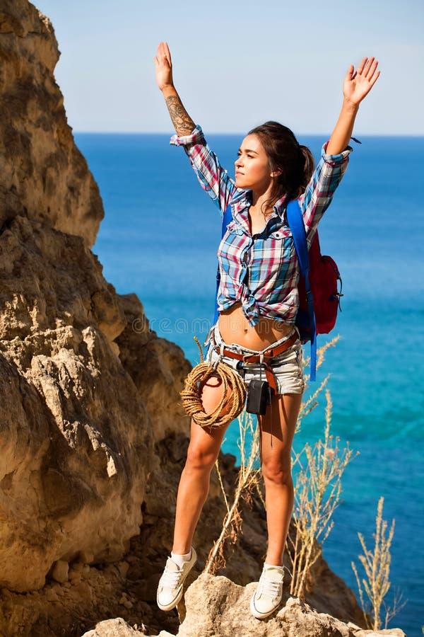 Voyageur de jeune femme augmentant la fille avec le sac à dos augmentant en montagnes Grand Canyon Crimée avec le beau paysage de photos stock