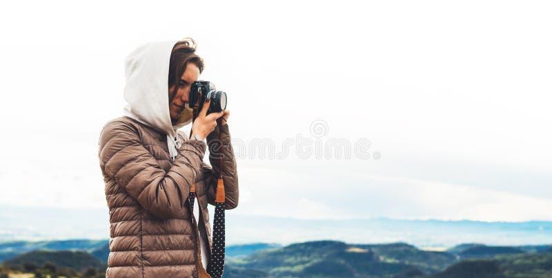 Voyageur de photographe sur le dessus vert sur la montagne, participation de regard de touristes dans la caméra numérique de phot photo libre de droits