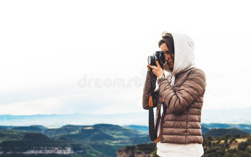 Voyageur de photographe sur le dessus vert sur la montagne, participation de regard de touristes dans la caméra numérique de phot photographie stock libre de droits