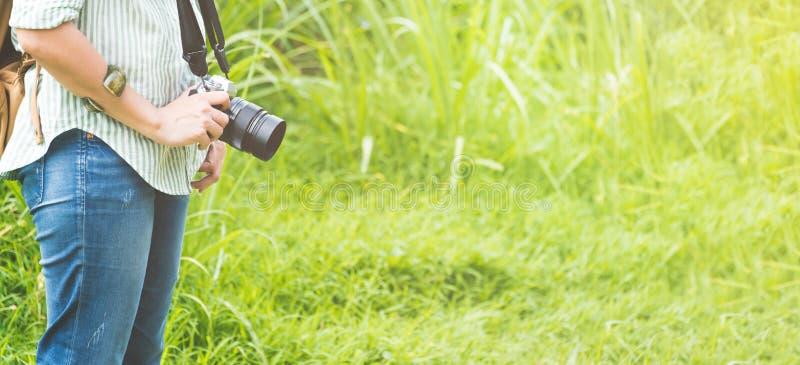 Voyageur de randonneur de femme tenant l'appareil-photo se tenant dans la correction du GR photographie stock libre de droits