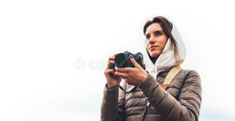 Voyageur de touristes de photographe professionnel se tenant dessus sur un fond blanc se tenant dans l'appareil-photo numérique d photographie stock libre de droits