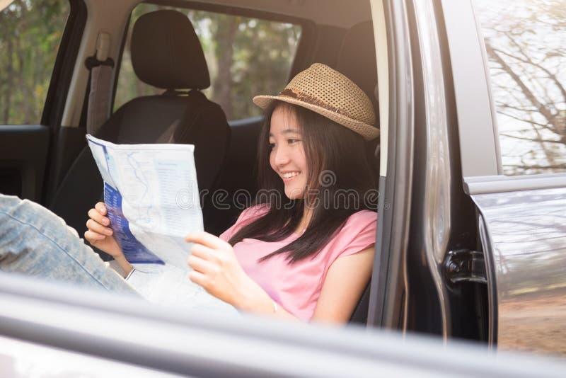Voyageur de voiture de jeune femme avec la carte image libre de droits