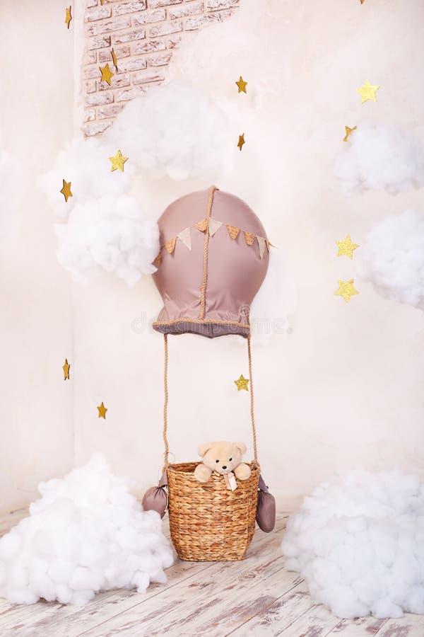 Voyageur et pilote d'ours de nounours R?ves d'enfance La pièce d'enfants élégante de cru avec l'aérostat, ballons, nuages de text image libre de droits