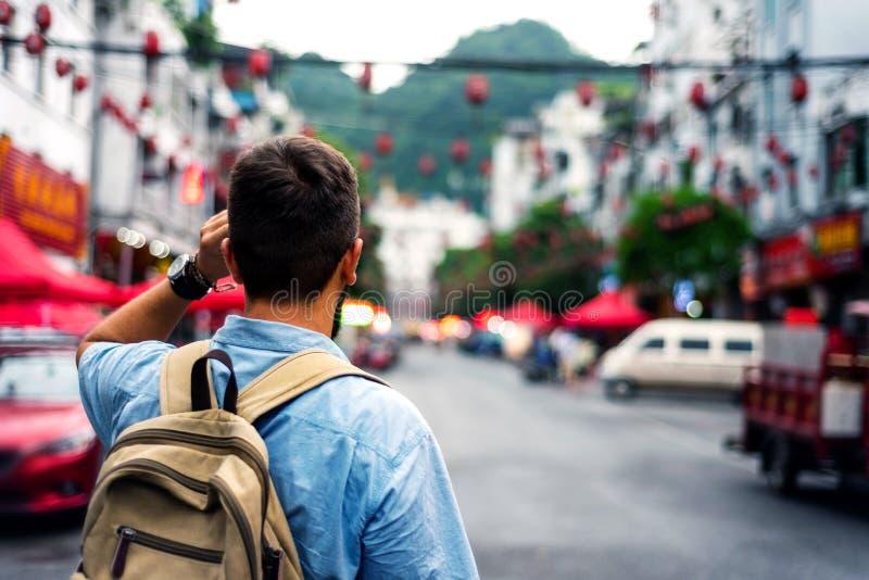 Voyageur explorant la rue asiatique de marché de nourriture photographie stock libre de droits