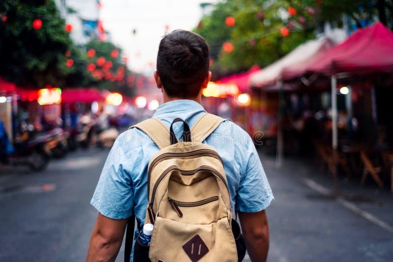 Voyageur explorant la rue asiatique de marché de nourriture image stock