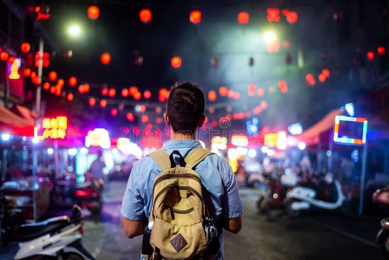 Voyageur explorant la rue asiatique de marché de nourriture photos libres de droits