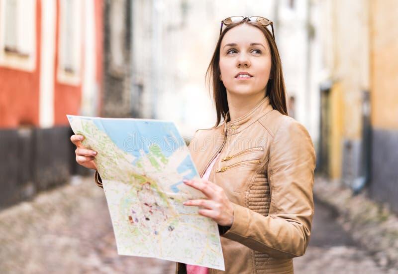 Voyageur féminin avec la carte Déplacement de femme photos stock