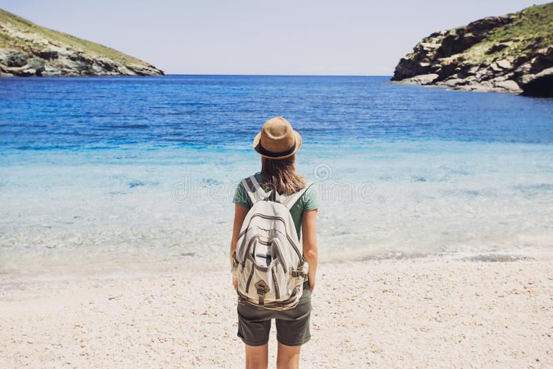 Voyageur féminin regardant la mer, le voyage et le concept actif de mode de vie photos stock