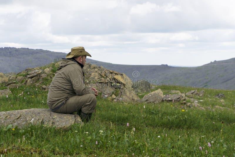 Voyageur fatigué dans les montagnes photographie stock