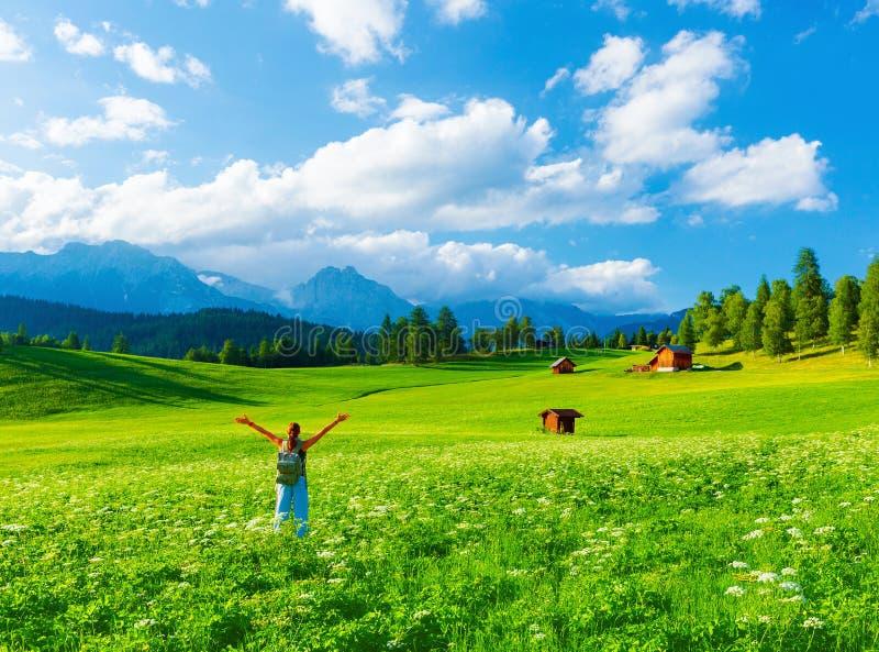 Voyageur heureux en vallée montagneuse photo libre de droits