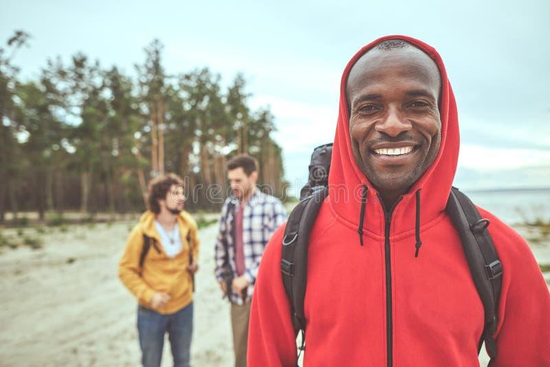 Voyageur heureux regardant l'appareil-photo et le sourire photographie stock libre de droits