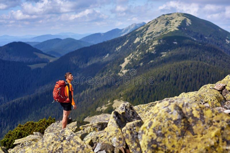 Voyageur masculin de dos dans les montagnes photos stock