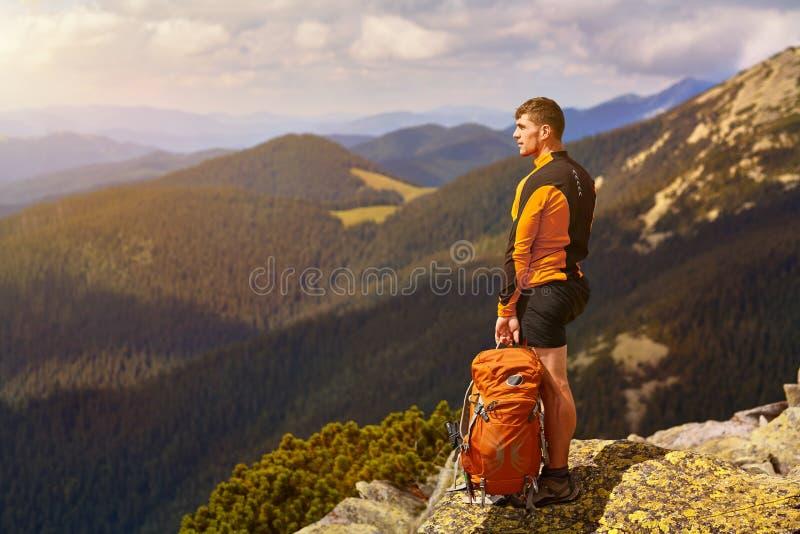 Voyageur masculin de dos dans les montagnes photos libres de droits