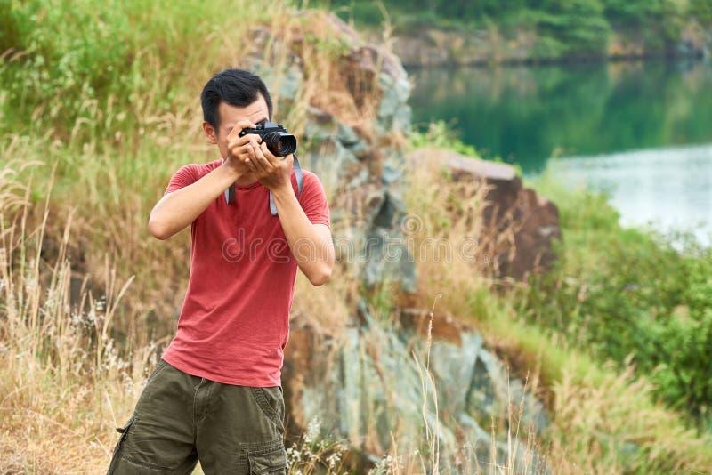 Voyageur prenant des photos photographie stock libre de droits