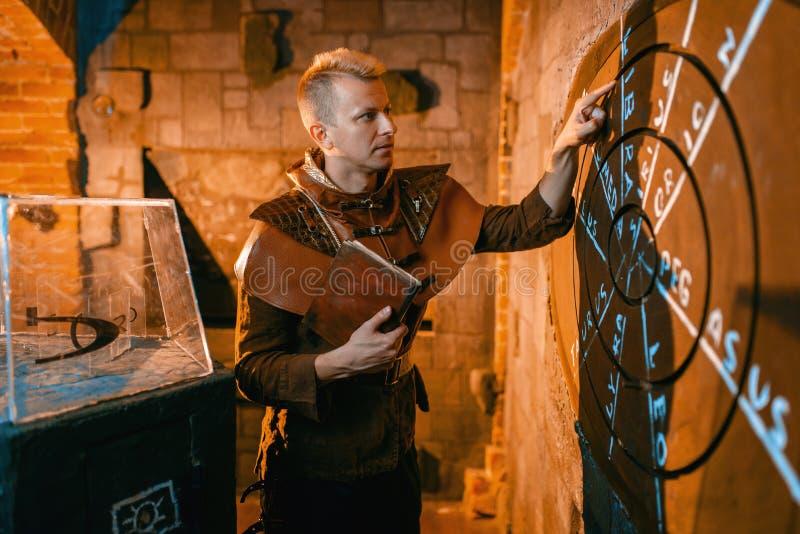 Voyageur résolvant le puzzle antique, projection cartographique photographie stock