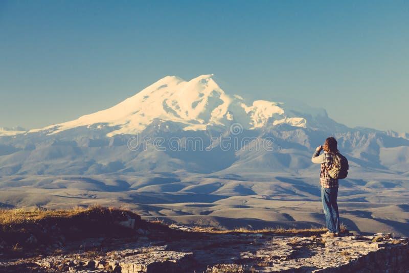 Voyageur regardant à la montagne d'Elbrus photographie stock libre de droits