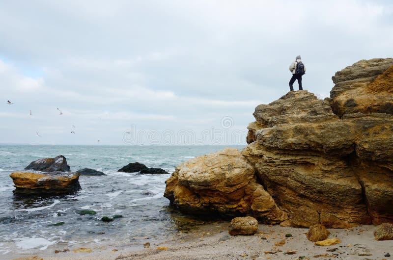 Voyageur se tenant sur le dessus de la roche de chaux, Odessa, la Mer Noire photo stock