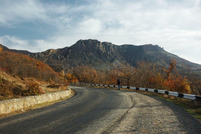 Voyageur seul sur la route de montagne images libres de droits
