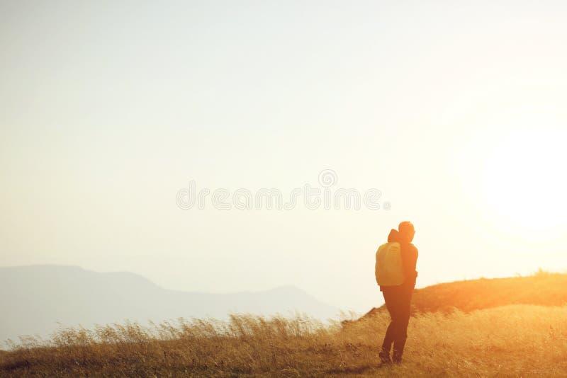 Voyageur seul Vue arrière d'un voyageur seul allant par la promenade avec le sac à dos en montagnes photographie stock libre de droits