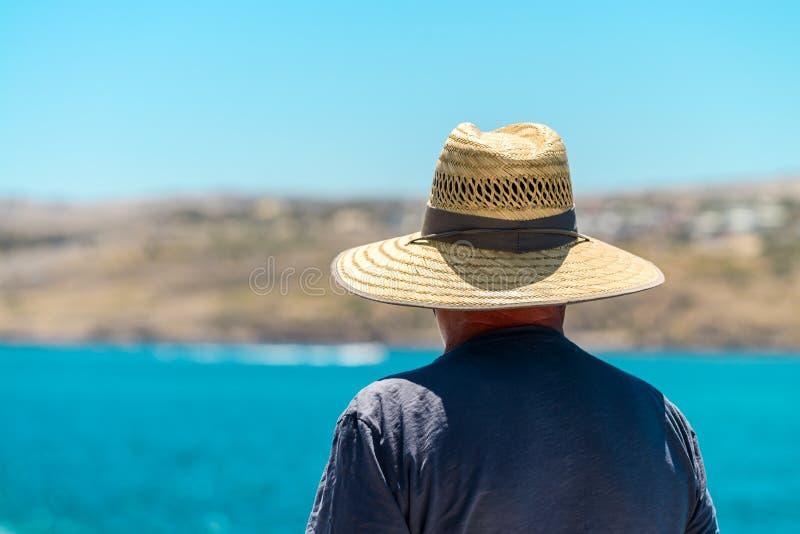 Voyageur supérieur avec le chapeau de paille image stock