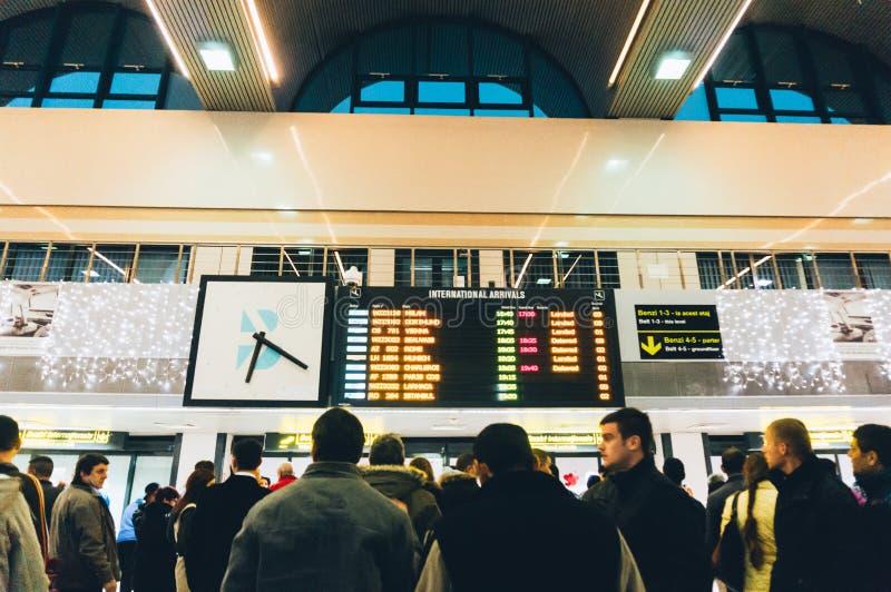 Voyageurs à l'aéroport de Bucarest Otopeni image stock