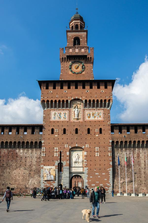 Voyageurs à l'avant la porte du château de Sforzesco, Italie image libre de droits