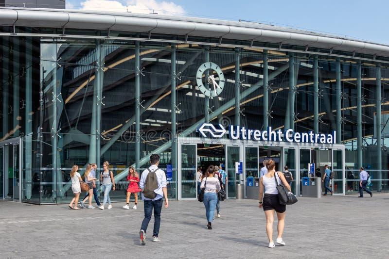 Voyageurs à la gare ferroviaire néerlandaise Utrecht Centraal photos stock