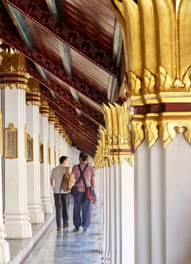 Voyageurs dans la chapelle de Wat Phra Kaew, Thaïlande photos stock