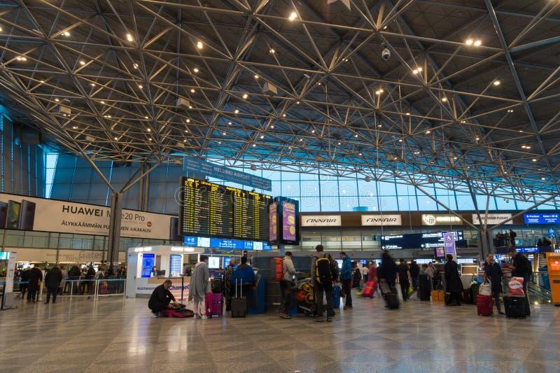 Voyageurs dans le terminal de départ à l'aéroport international de Helsinki, Finlande photo libre de droits