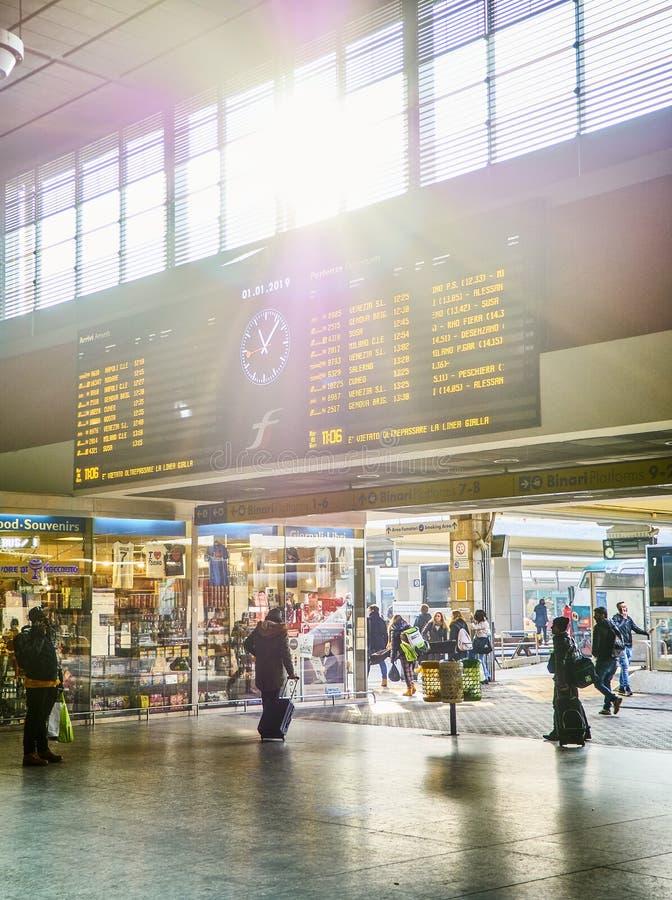 Voyageurs dans un hall de gare ferroviaire de Porta Nuova Turin, Piémont, Italie images stock