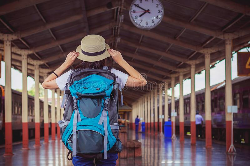 Voyageurs de fille de Si-ngan recherchant l'horloge aérienne tout en attendant images stock