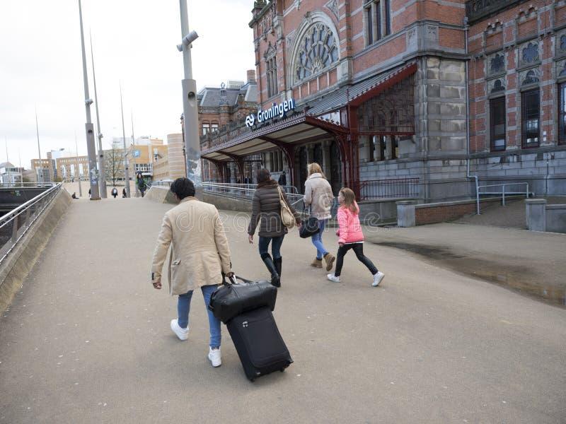Voyageurs devant la gare ferroviaire centrale Groningue en Hollande photos libres de droits