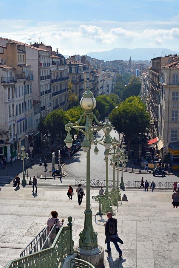 Voyageurs en dehors des Frances de gare ferroviaire de Marseille images libres de droits