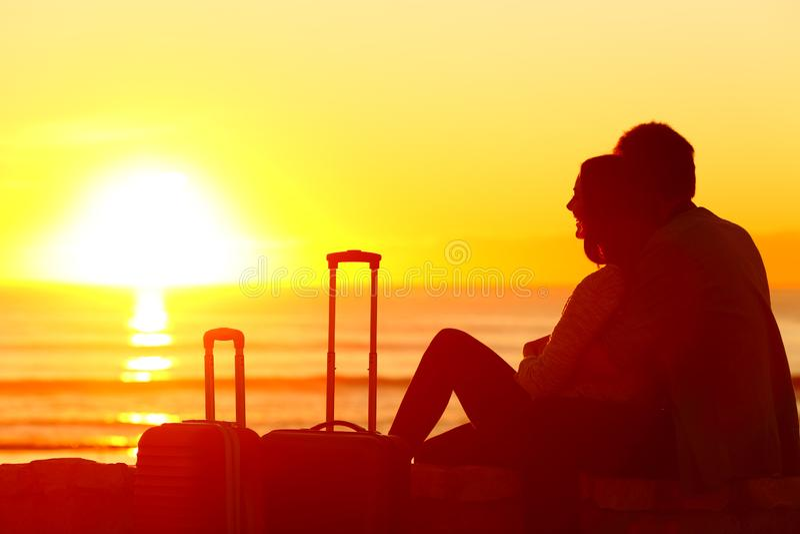 Voyageurs observant le coucher du soleil des vacances photo libre de droits