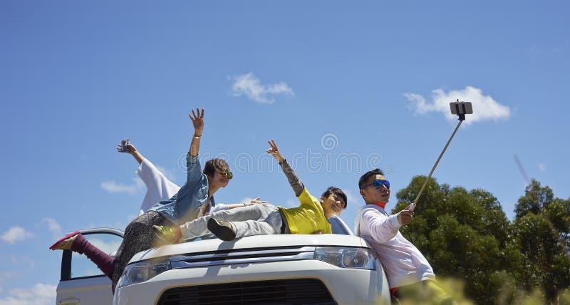 Voyageurs prenant la photo eux-mêmes images stock