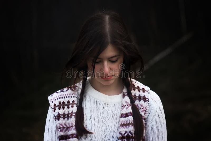 Voyageuse élégante de fille de brune sur le fond du mountai gris photo stock