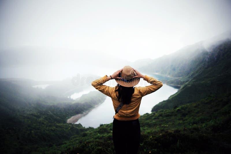 Voyageuse de femme aux Açores photos stock