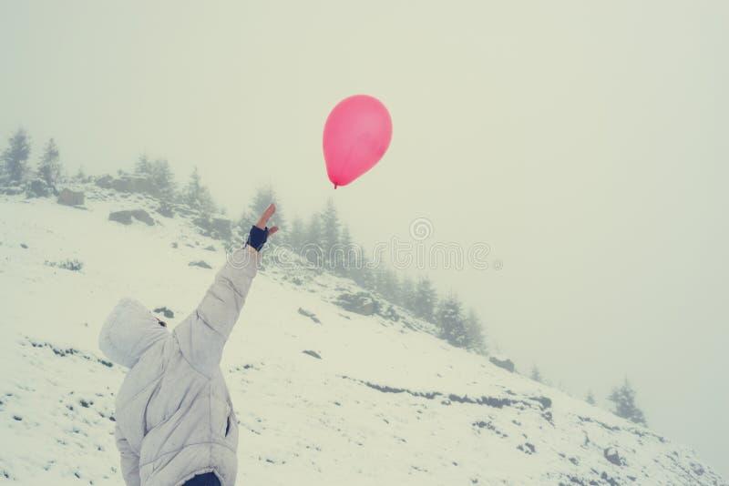 Voyageuse de femme avec le ballon rouge photos stock