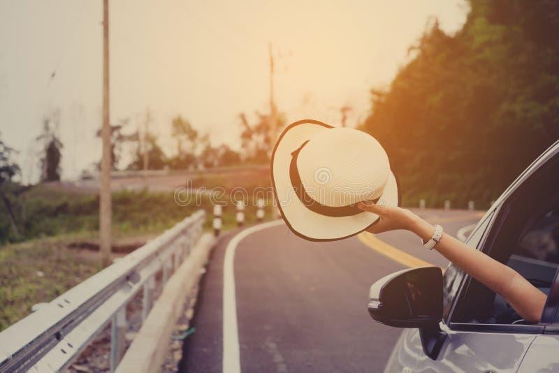 Voyageuse de femme d'Asain avec la voiture de berline avec hayon arrière photos libres de droits