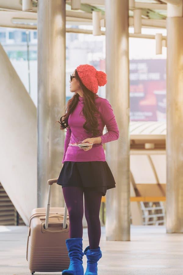 Voyageuse de femme dans le passage couvert d'aéroport concept de course images libres de droits