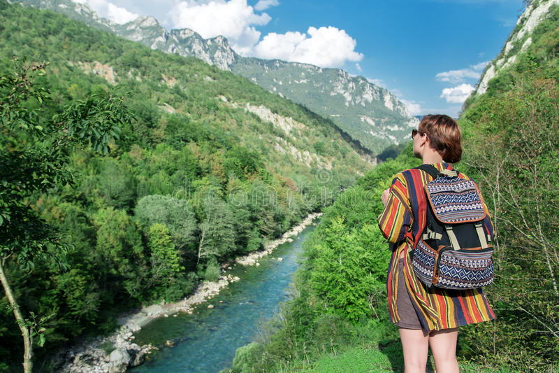 Voyageuse de femme près des montagnes et du canyon de rivière photos stock