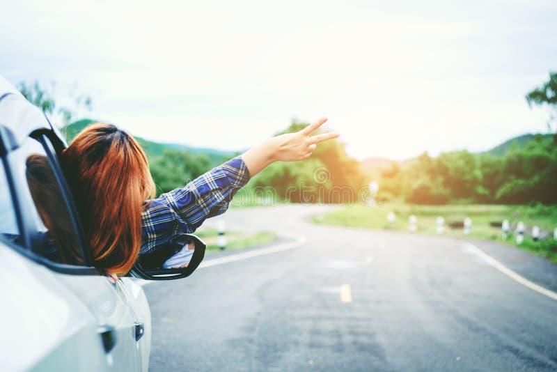Voyageuse heureuse décontractée de femme des vacances de promenade en voiture d'été sur le hatc photographie stock