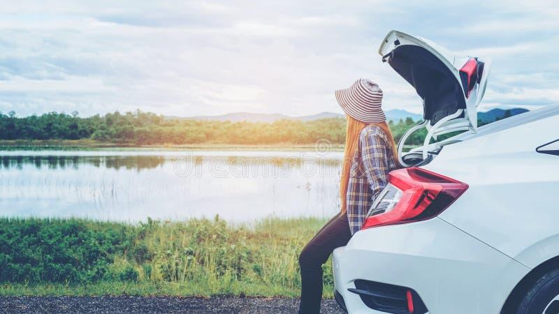 Voyageuse heureuse décontractée de femme des vacances de promenade en voiture d'été sur le hatc images libres de droits