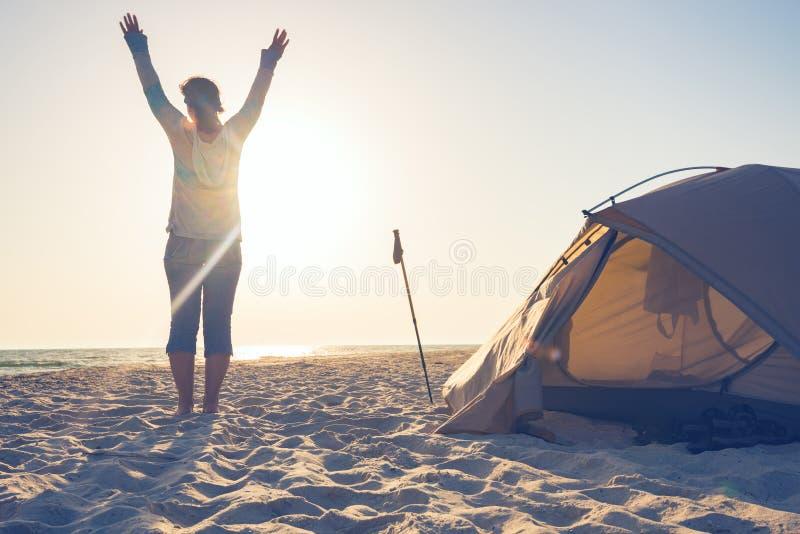 Voyageuse joyeuse de femme avec les bras ouverts photo stock