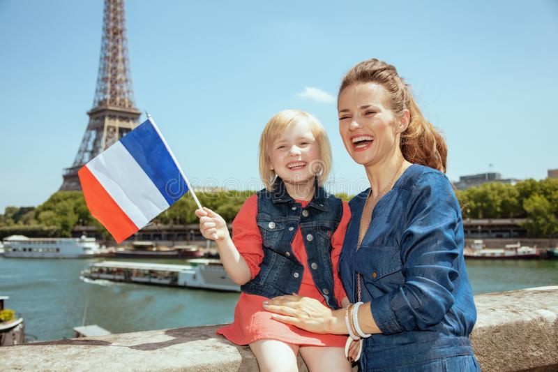 Voyageuses de mère et de fille avec le drapeau français photo stock