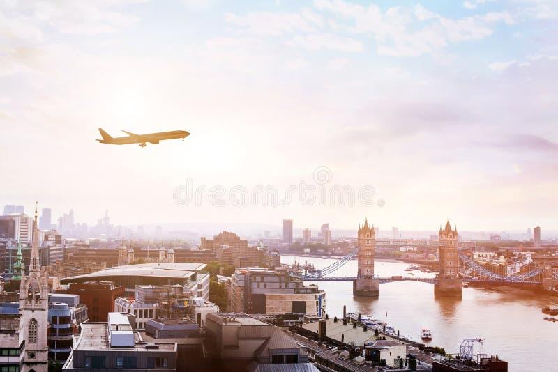 Voyagez à Londres par vol, avion dans le ciel au-dessus de l'Europe images stock