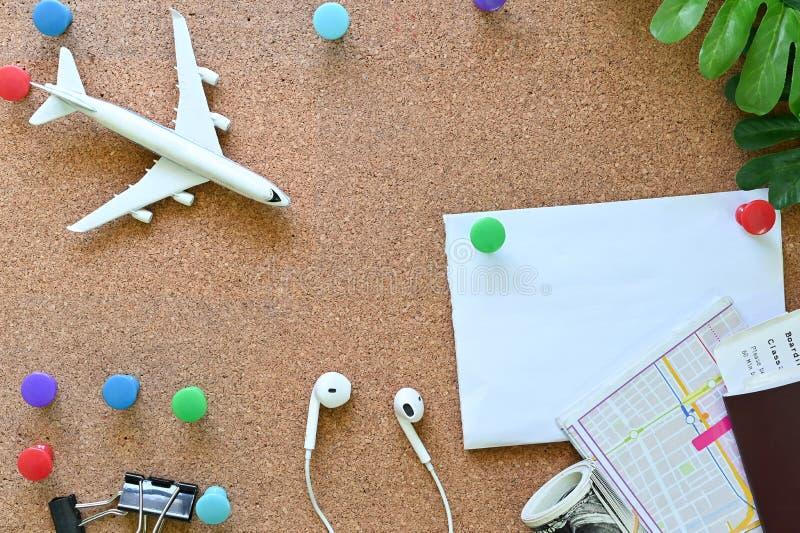 Voyagez des trucs d'une planche de liège avec vue de haut avec la planification d'un voyage photos libres de droits