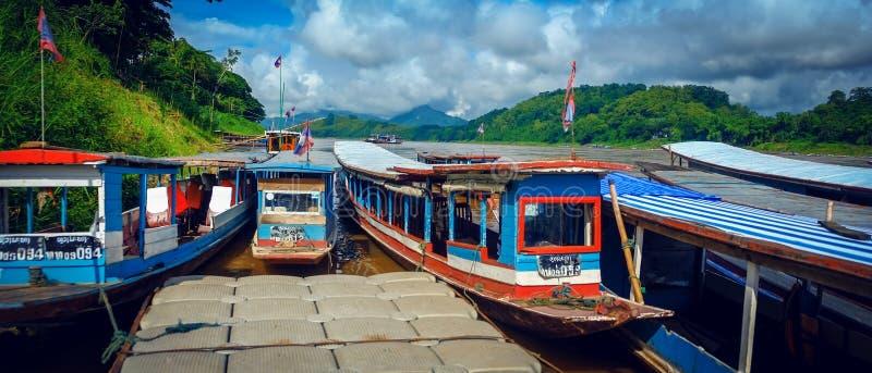 Voyagez les bateaux au rivage du Mekong dans Luang Prabang, Laos images stock